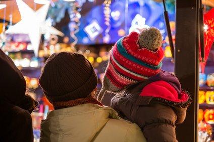 Auf dem Weihnachtsmarkt gibt es viel zu entdecken © fotolia.com - davis