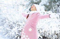 Spaziergänge tun Schwangeren im Winter gut.