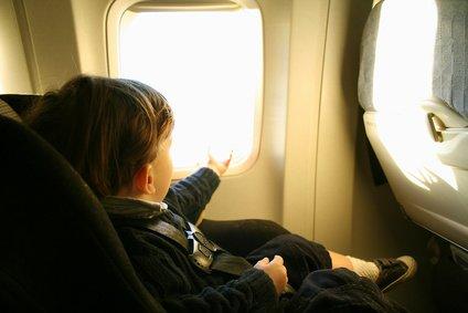 Sicher und komfortabel fliegen im Autokindersitz © Jyn - Fotolia.com