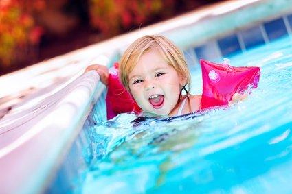 Kleine Kinder können in einer Therme viel Spaß haben