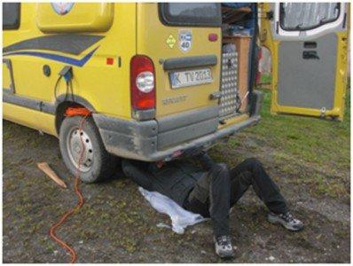 """Tim beim """"Reparieren"""" des Campervans"""
