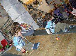 unsere Buben in einem der Spielezimmer