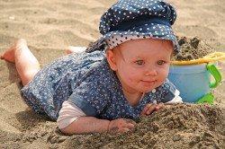 Im Urlaub machen sich Kinder noch schneller dreckig als sonst.