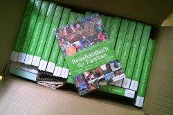 Ein Karton voller Reisehandbücher - habt ihr schon eins?