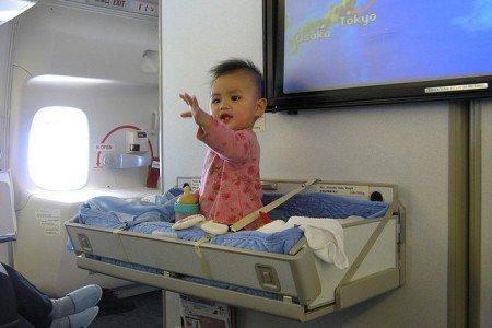 Das Bassinet - ein begehrter Platz im Flugzeug für Babys © Flickr - William Whyte