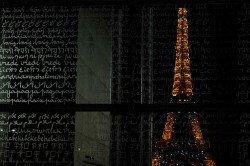 Blick auf den Eiffelturm durch die Friedensmauer