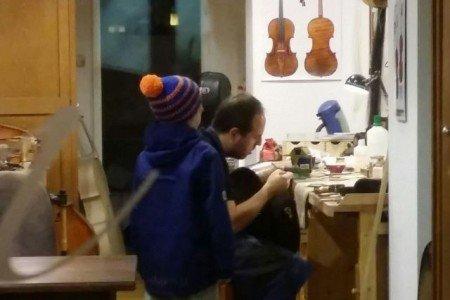 Kunstunterricht live bei einem Geigenbauer