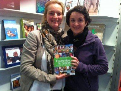 """Die stolzen Autorinnen mit ihrem """"Baby"""" auf der Frankfurter Buchmesse © Kerstin Führer"""