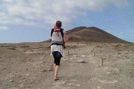 Mit der Babytrage auf dem Weg zum Roten Berg in El Medano © Christoph Jost