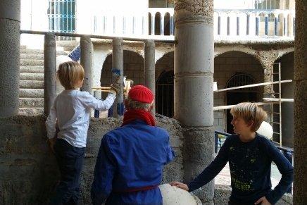 Fleissige Helfer beim Bau einer Kirche