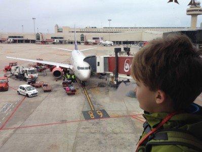 Allein zu den Großeltern fliegen - kein Problem für diesen jungen Mann © 4aufeinenstreich.se