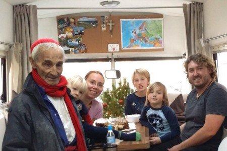 Weihnachtsbesuch von Justo Gallego Martinez in unserem Bus © travelfamily.de