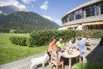 "Basteln mit Naturmaterialien im ""Raini Kinderland"" © Family Resort Rainer"