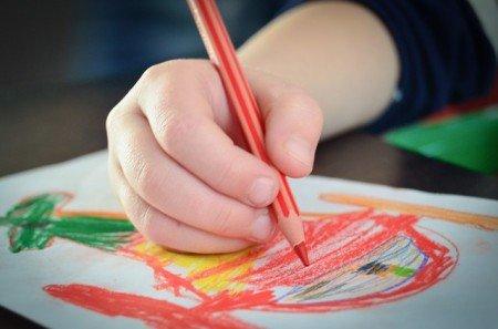 Kunst anschauen und Kunst schaffen, das geht bei Kindern Hand in Hand © Pixabay
