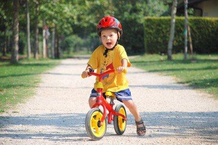 Mit dem Laufrad im Urlaub - herrlich! © Junge mit Laufrad von Michael Muecke unter CC BY-SA 2.0