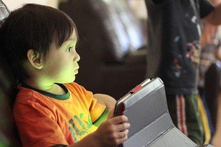 Im Urlaub am Tablet spielen - das ist bei Eltern heiß umstritten
