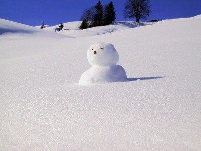 Einen Schneemann bauen, das gehört zum Winter einfach dazu