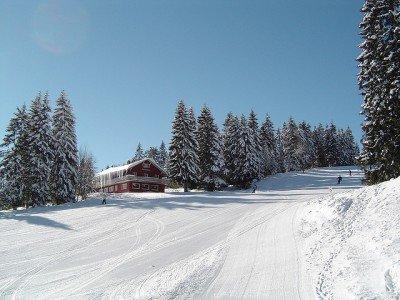 Im Schwarzwald wartet eine Menge Schnee auf Skifahrer © 20050301 Feldberg von Sjaak Kempe unter CC BY 2.0