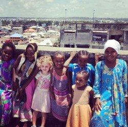 Als Blondschopf ist man in Tansania etwas Besonderes
