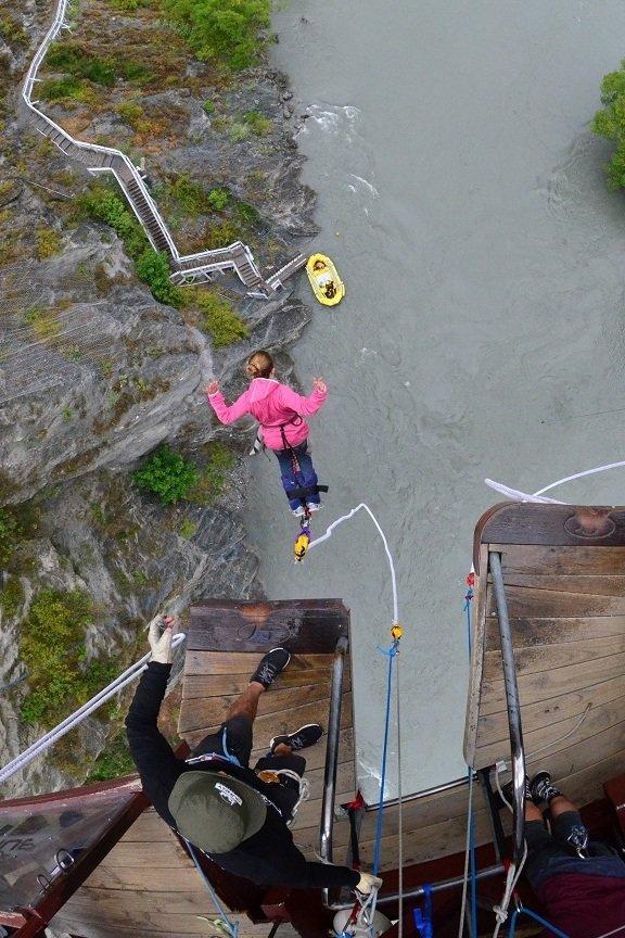 Die Angst besiegen: Lina beim Bungee-Sprung in Neuseeland © Vero