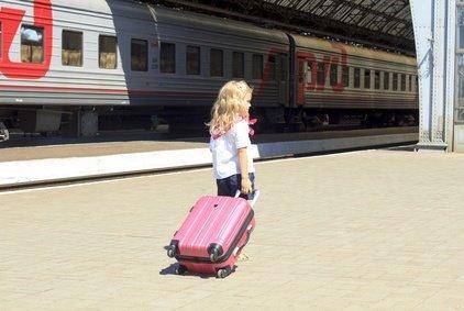 Zugfahren mit Kind und Gepäck - da braucht es schon ein paar Tricks © tanyakotenko9 - Fotolia.com