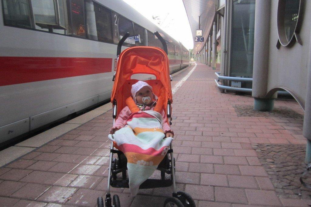 Mit Kinderwagen im Zug - oft ein schweres Unterfangen © KidsAway