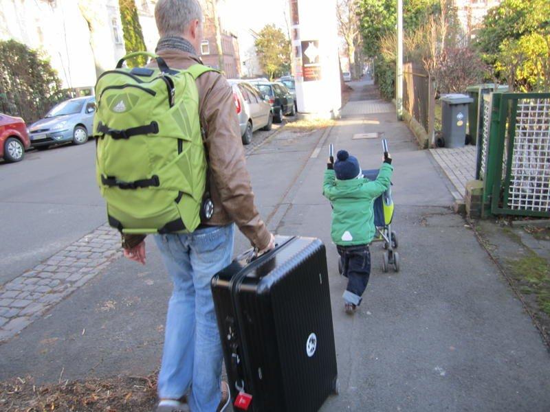 Auf großer Reise: Vater und Sohn auf dem Weg zum Bahnhof