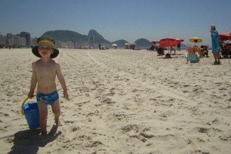 Kind am weißen Sandstrand der Copacabana