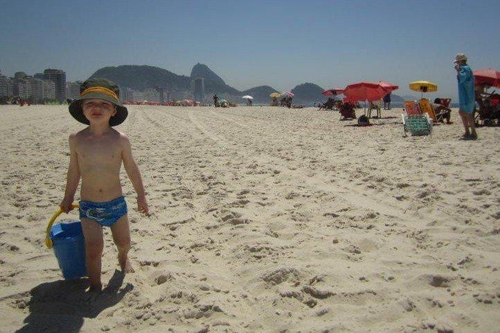 Kind am weißen Sandstrand der Copacabana © KidsAway