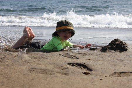 Kind am Strand auf Lanzarote