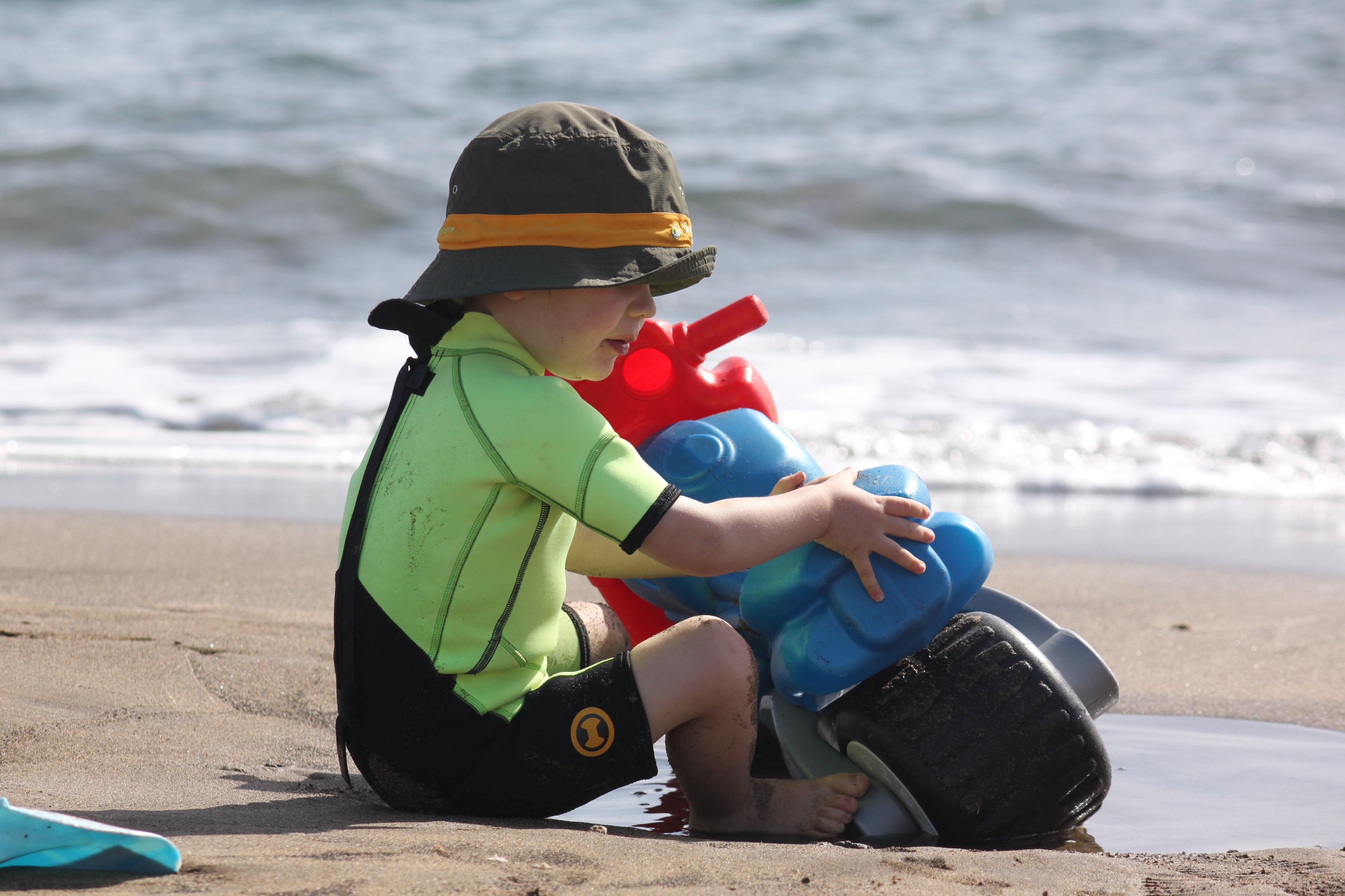 Kind am Strand von Lanzarote