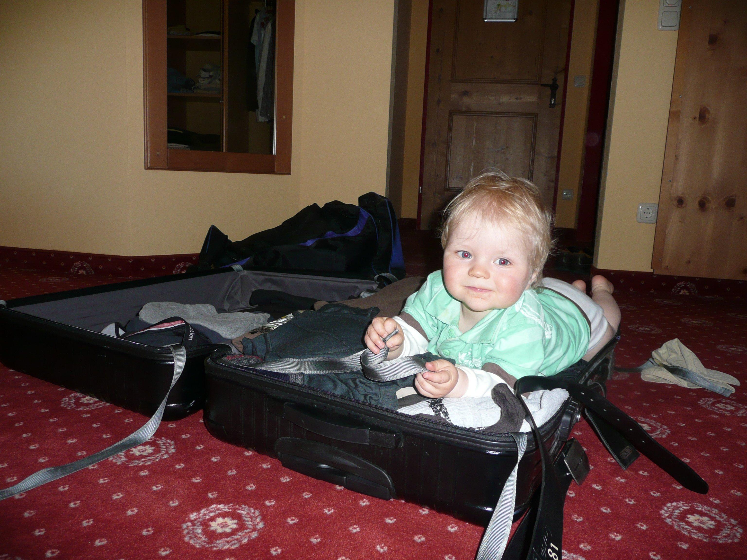 Kofferpacken mit Baby kann stressig sein, muss es aber nicht. © KidsAway