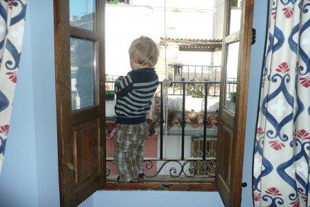 Kind an Balkonbrüstung: Ist der Balkon kindersicher? © KidsAway