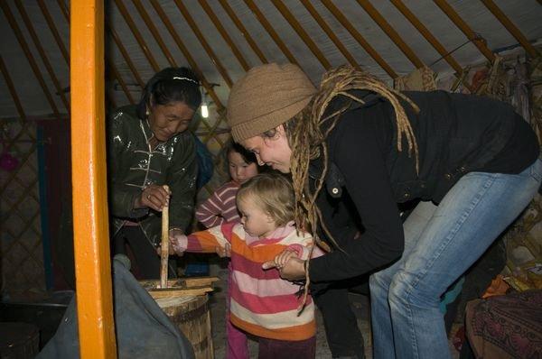 Butter stampfen bei den mongolischen Nomaden