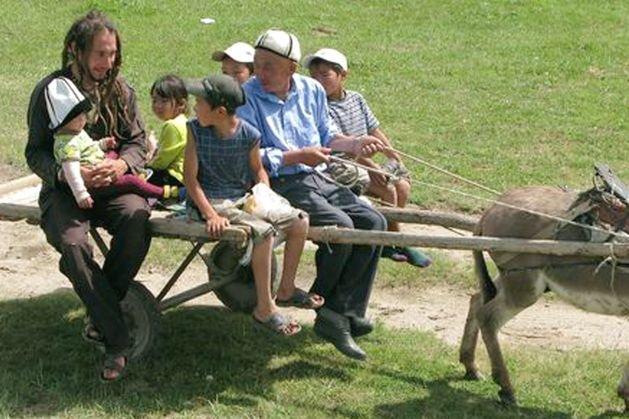 Mitfahrgelegenheit auf kirgisisch: Auf dem Eselskarren mit einheimischen Kindern unterwegs © Morpheusreisen