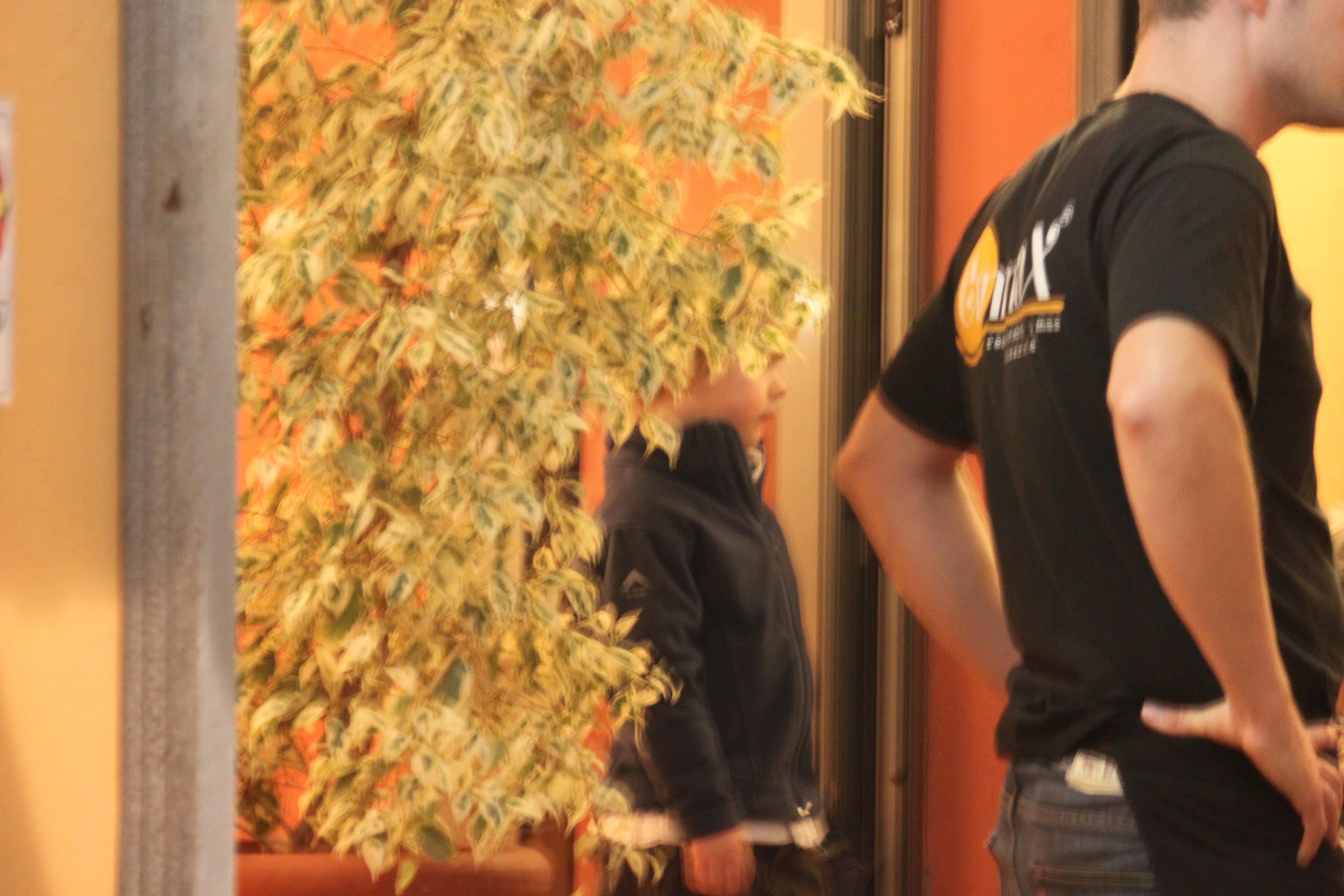 Paul hilft dem Kellner im spanischen Restaurant © KidsAway