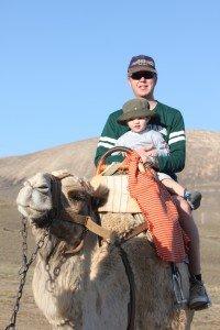 Paul mit Papa beim Kamelreiten © KidsAway