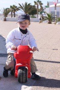 Paul beim Motorradfahren auf der Strandpromenade © KidsAway
