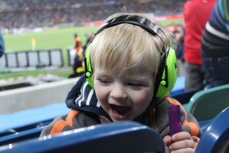 Mit kleinem Kind im Fußballstadion in Südafrika