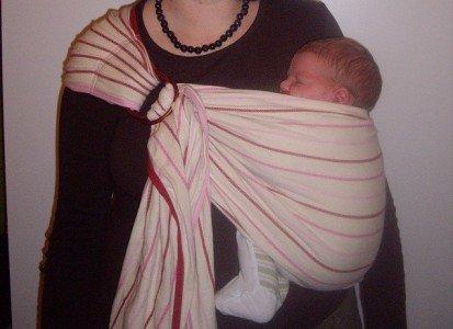Ringsling mit einem Neugeborenen © Dorothea Burkhard