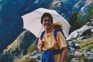 Mit (Sonnen-)Schirm und Baby in den Bergen © Dorothea Burkhard