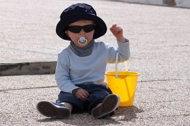 Gegen Sonne optimal geschützt: Baby mit Sonnenbrille