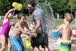Eine Wasserschlacht gehört zum Urlaub mit Kindern dazu - und kostet nichts