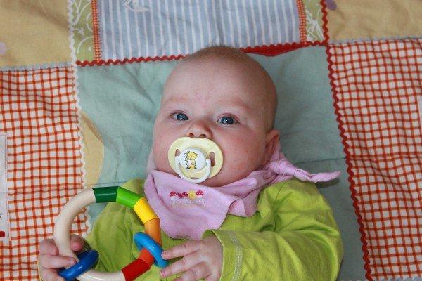 Dieses Babyfoto ist ungeeignet als Passfoto.