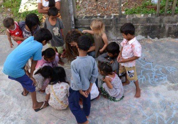 Spielende Kinder in Kambodscha - und Gaia mittendrin