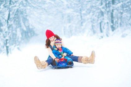 Mit der ganzen Familie rodeln - das gehört zu einem richtigen Winter © famveldman - Fotolia.com