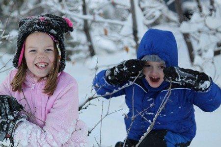 Mit der richtigen Winterausrüstung spielen Kinder gerne im Schnee