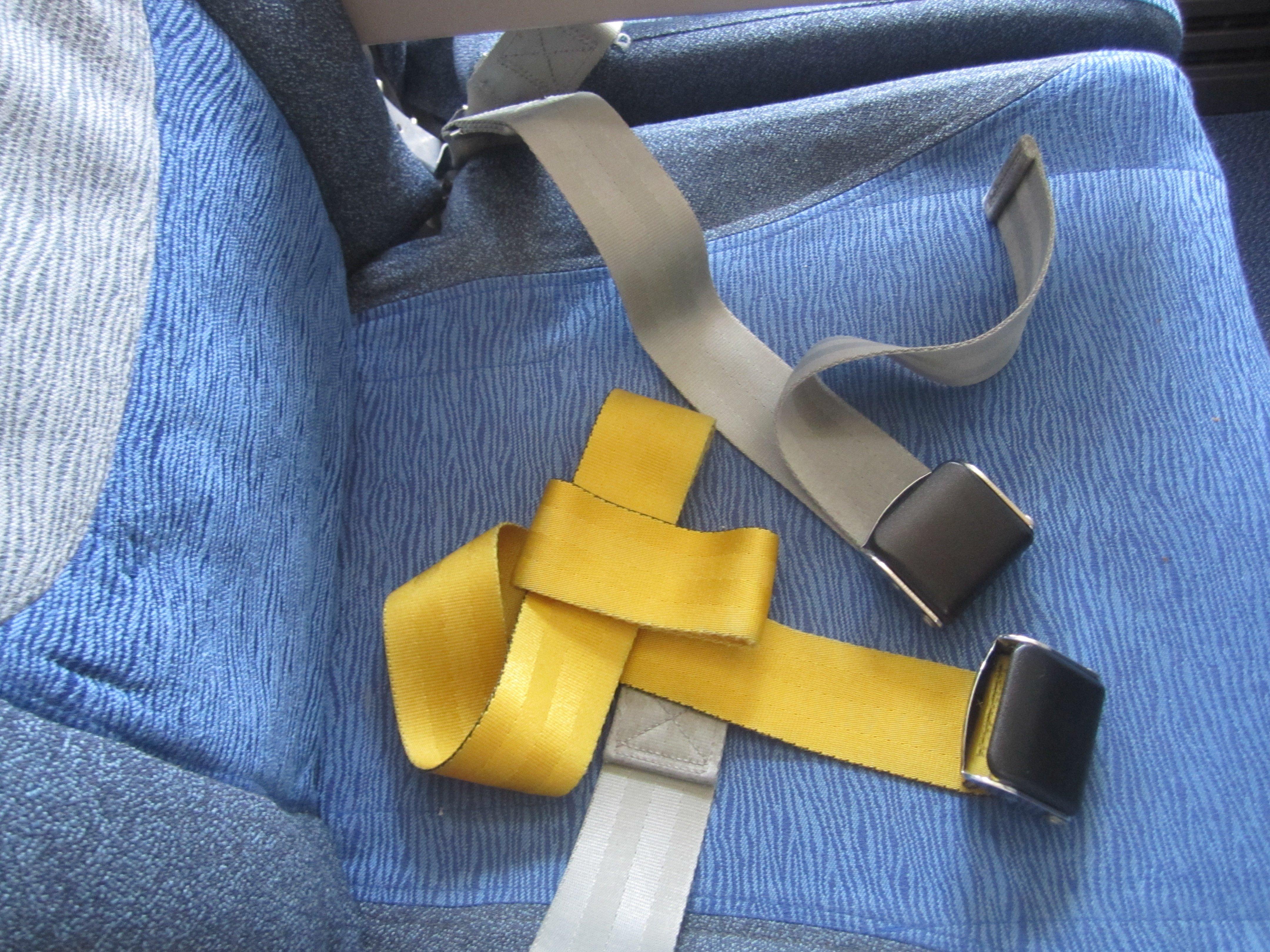 Schlaufengurt im Flugzeug © KidsAway