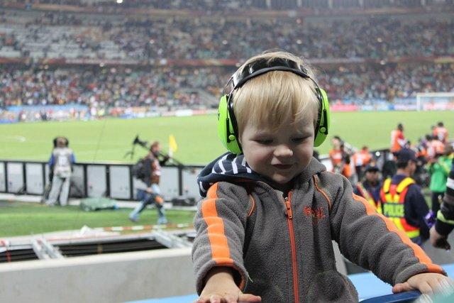 Toben mit Hörschutz im Stadion © Kerstin
