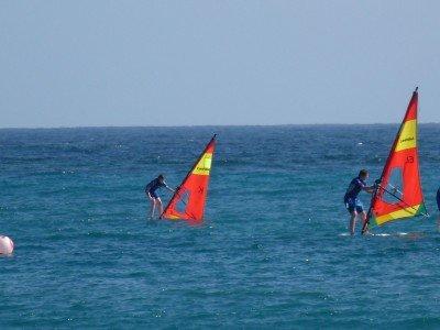 Erste Surfversuche © kidsoncruise
